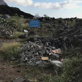 Ciudadanos denuncia un vertido de escombros en la carretera LP-213 a la altura de El Remo